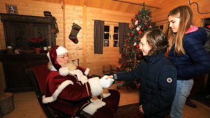 Kerstman veilig en wel in kersthuis, winterfeest kan beginnen