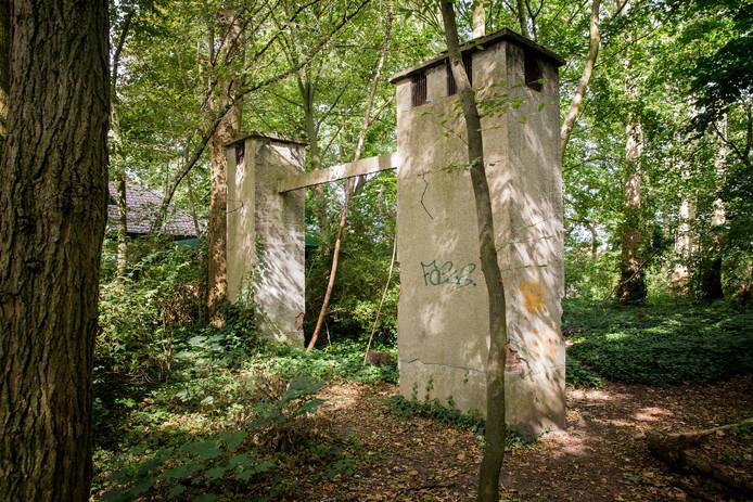 De 'schouwen' in het struikgewas van het Citadelpark zijn nooduitgangen en verluchtingsgaten van de bunker.