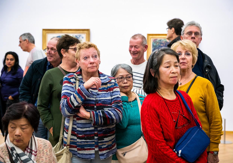 Rondleiding langs schilderijen van Monet tijdens een avond voor de inwoners van de stadsdelen Laak en Centrum in het Kunstmuseum Den Haag.   Beeld Jiri Büller
