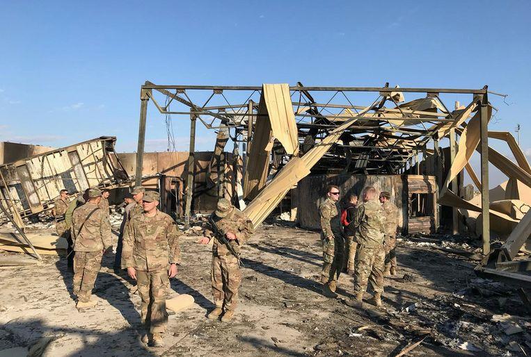 Amerikaanse militairen inspecteren op de basis in Ain al-Asad in Irak de plaats waar in januari een Iraanse raket neerkwam. Beeld REUTERS