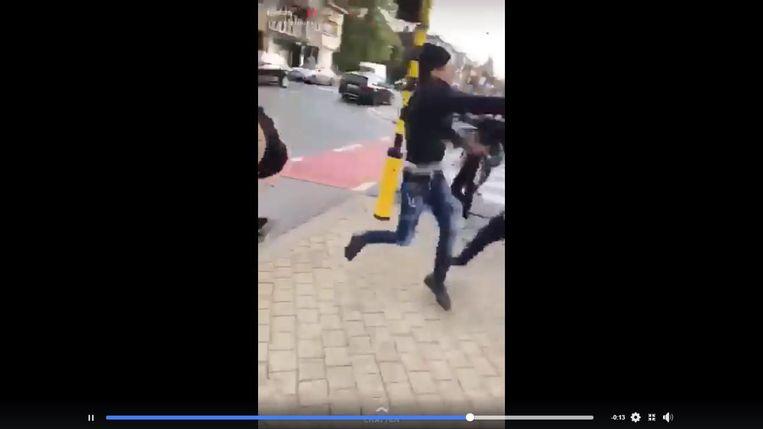 Enkele beelden uit het vechtfilmpje dat gisteren werd verspreid via sociale media.