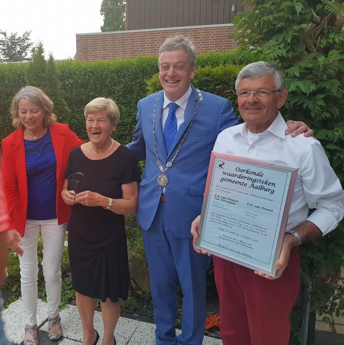 Betsy (tweede van links)  en Piet van Drunen, omarmd door burgemeester Fons Naterop.
