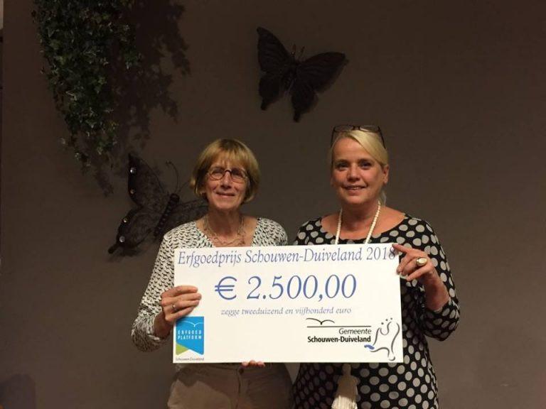 Overhandiging van de cheque door wethouder Jacqueline van Burg (rechts).