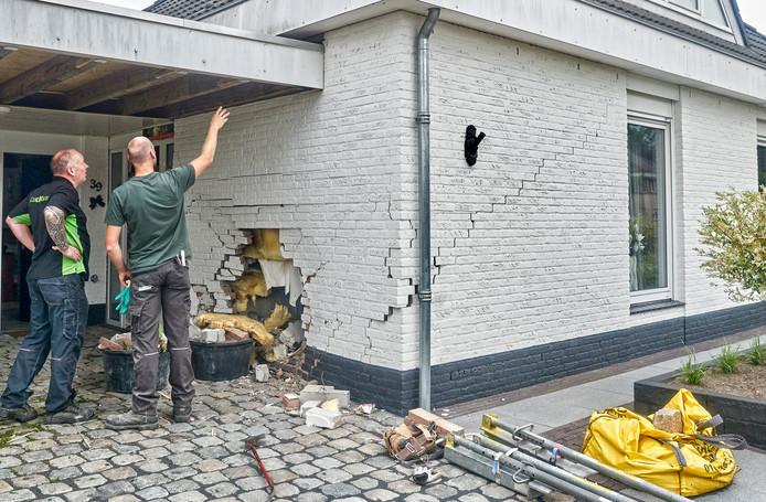 Eigenaar Fred van Breemen (l) van de zwaar beschadigde woning op Gruunsel in Uden overlegt met een bouwvakker