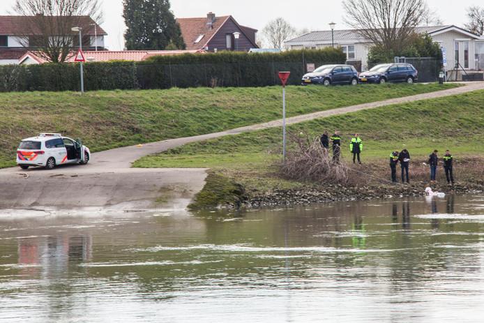 Het lichaam werd aangetroffen in de IJssel bij Lathum.