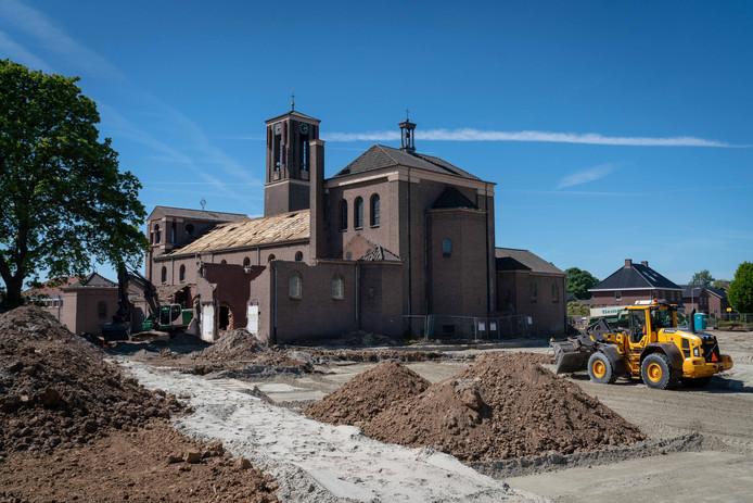 De kerk in Gendt tijdens de sloop.