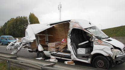 Koerier knalt tegen container: bestelwagen opengereten