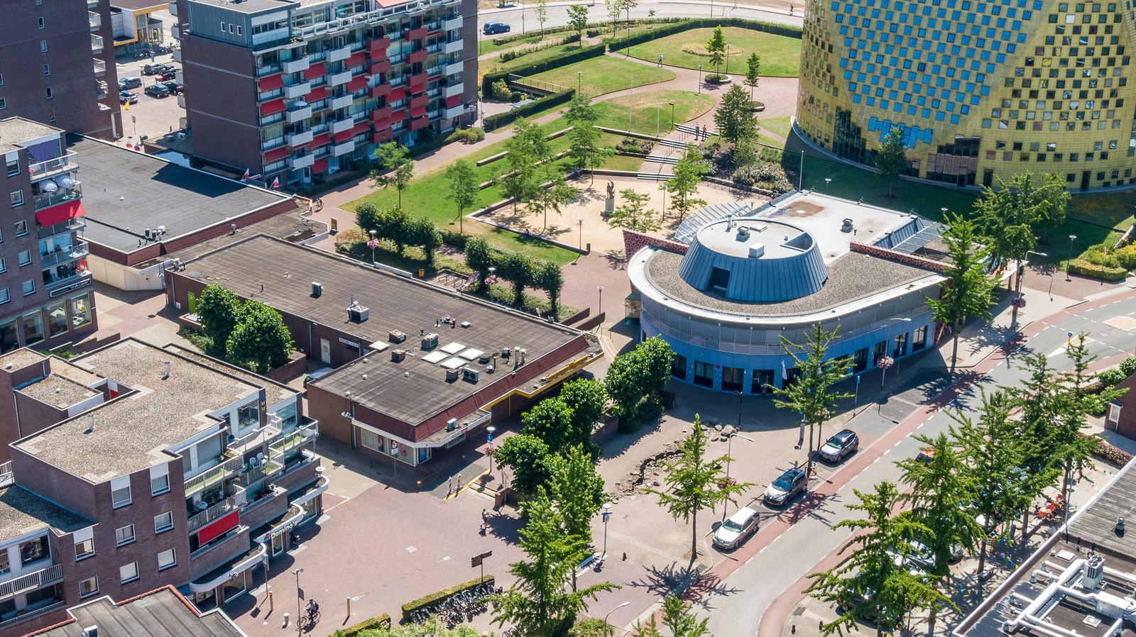De winkels aan De Spinde (in het complex met een omgekeerde L-vorm) en de oude Rabobank (naast ronde gevel), worden volgens het conceptplan voor de herontwikkeling van het gebied gesloopt.