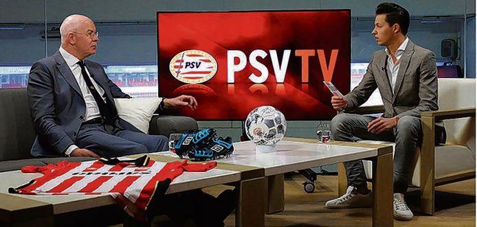 Toon Gerbrands in gesprek met PSV TV-presentator Jeroen Toet.