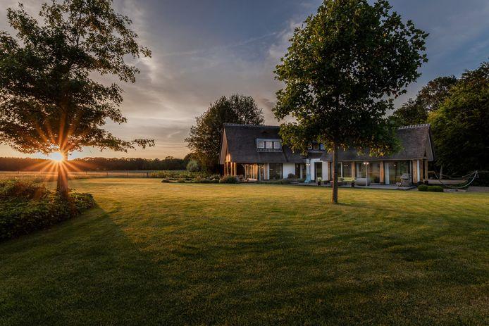 Een rijtjeswoning in Amsterdam staat te koop voor anderhalf miljoen euro. Voor nog niet eens dat bedrag koop je in Twente een villa zoals deze in Hellendoorn, aan de voet van de Sallandse Heuvelrug.