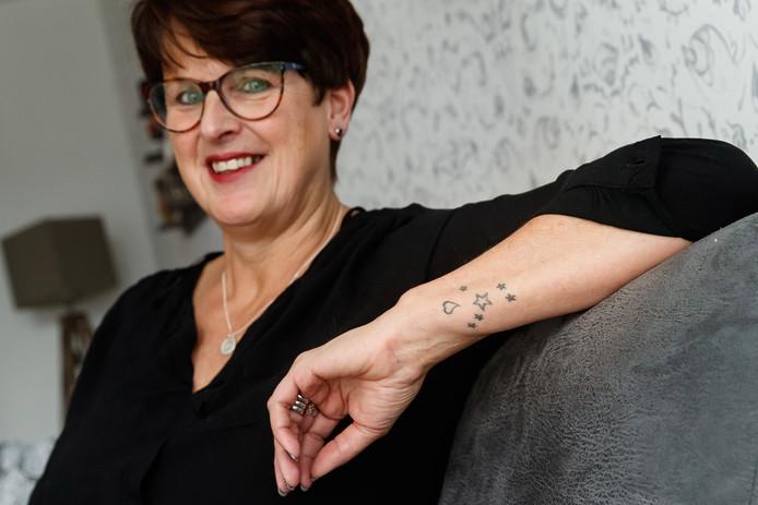 """Jolanda van de Sande liet na de dood de as van haar vader verwerken in een tatoeage met sterretjes op haar arm. ,,Zo heb ik hem altijd bij me."""""""