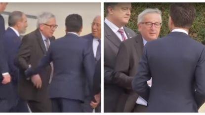 Dronken of rugproblemen? Juncker strompelt naar groepsfoto NAVO-top