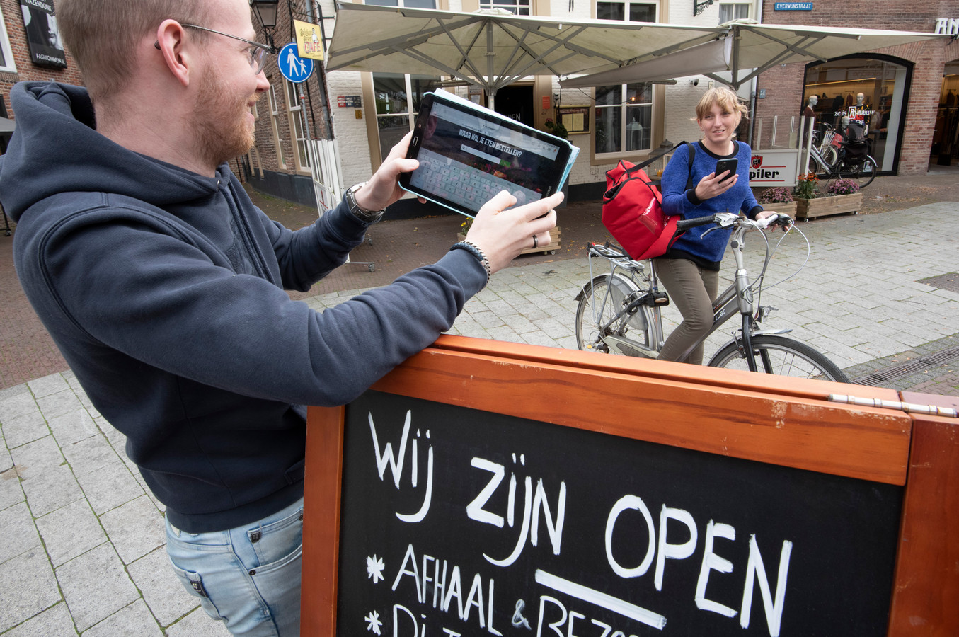 Daan de Wit van Tapperij de Poortwachter gebruikt het systeem van e-food.nl om maaltijden thuis te laten bezorgen.