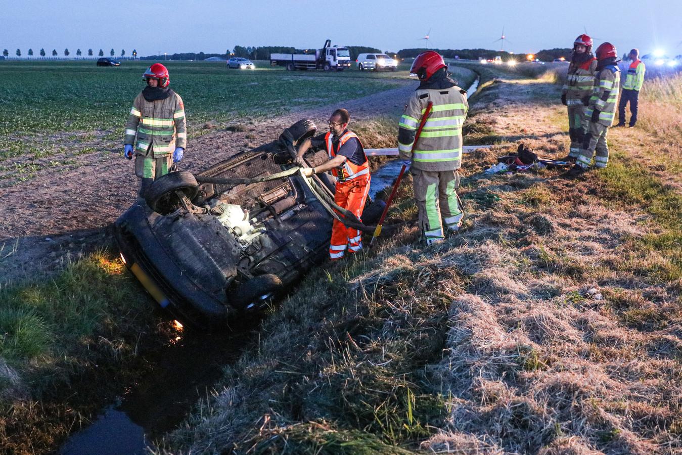 Op de A6 bij Nagele zijn bij een éénzijdig verkeersongeval twee mensen gewond geraakt.