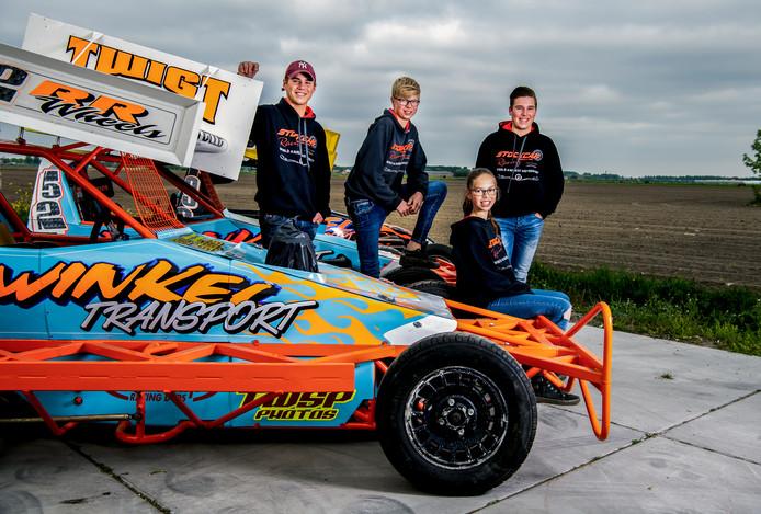 De debuterende autocrossers: van links naar rechts: Tim de Bruin, Jelle Winkel en Tom de Bruin, zittend: Estelle Winkel.