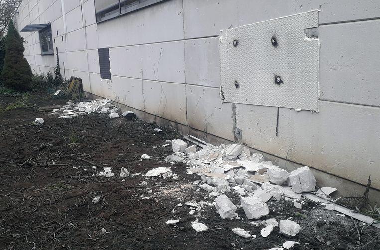 De daders maakten 2 gaten in de muur bij Van den Broeck-Prolians in Herenthout, ondertussen werden de gaten dichtgemaakt