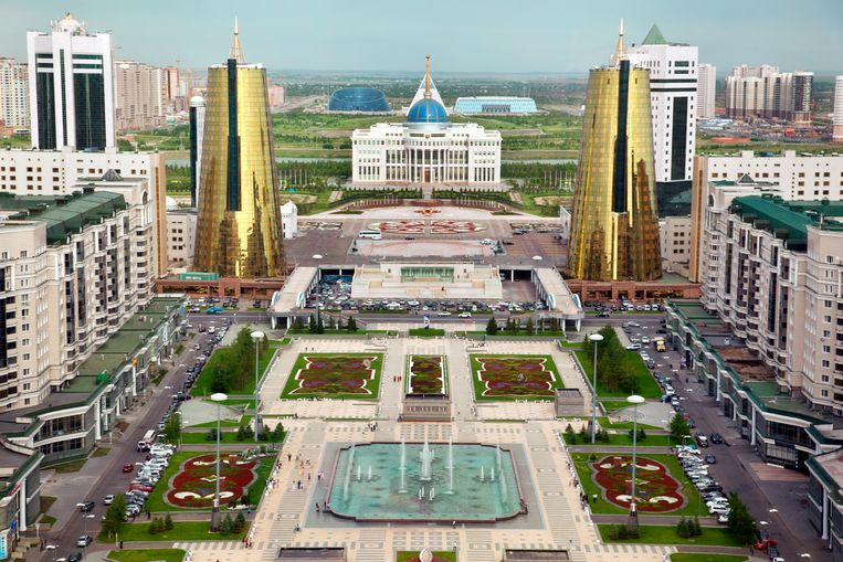Het centrale plein en Ak Orda, het presidentiële paleis van predisent Nazarbayev. Beeld Ryan Koopmans