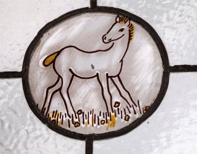 Theodoor Peters vond een glasinloodraam met heel toepasselijk een paard voor in de smederij in Ven-Zelderheide.
