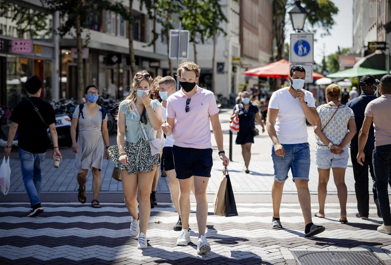 Mensen met mondkapjes in het centrum van Rotterdam.