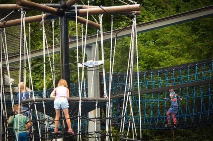 Twee speeltoestellen die in 2014 zijn geopend liggen onder vuur van Milieuzorg.