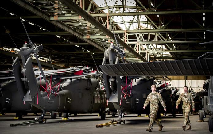 Amerikaanse Black Hawk-helikopters zijn in de haven in Rotterdam gelost van een transportschip. Van hieruit gaan ze door naar Duitsland voor een oefening.
