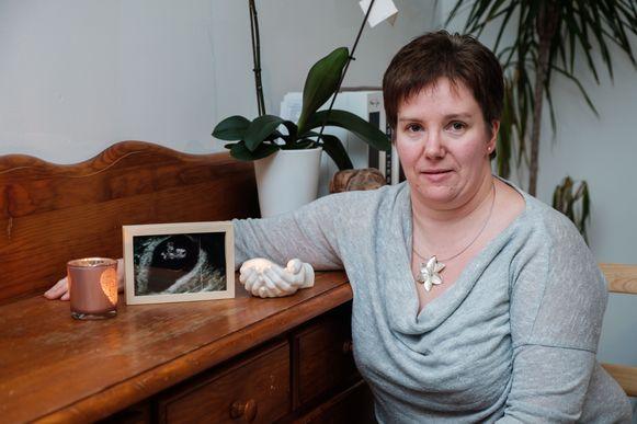 Mieke Franken bij de foto van haar overleden kindje.