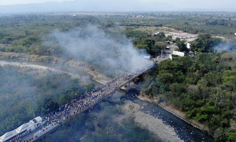 Luchtfoto van de vrachtwagen met humanitaire hulp die in brand stond. Beeld AFP