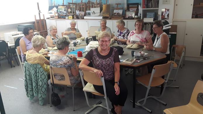 """De dames zijn in de Wijkwerkwinkel creatief met gaas en wol. ,,Je bouwt een band op met elkaar."""""""