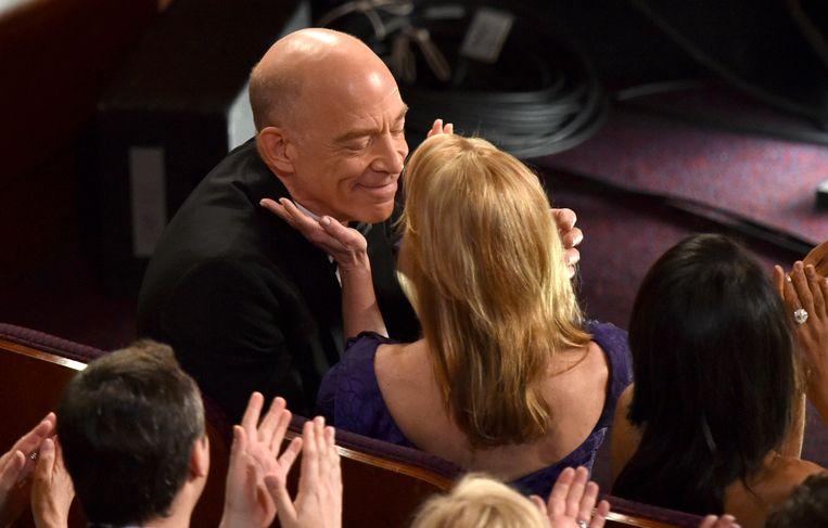 J.K. Simmons geeft zijn vrouw Michelle Schumacher een zoen.