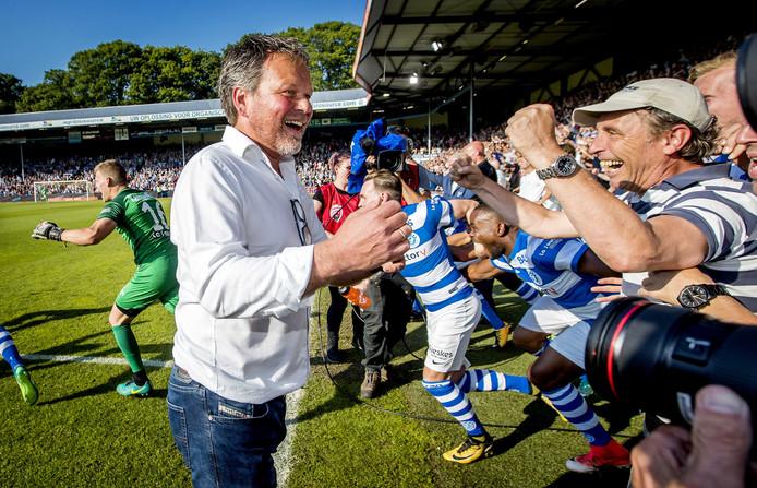 De Graafschap-trainer Henk de Jong viert de promotie naar de eredivisie.