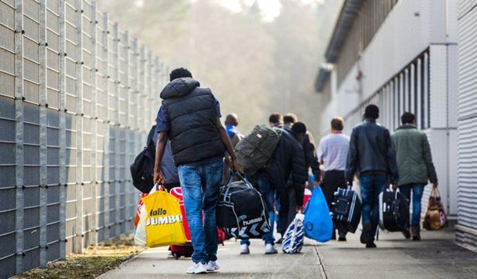 Archieffoto: asielzoekers arriveren bij een een azc.