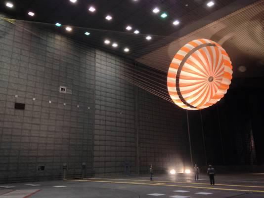 Drieënhalve minuut nadat de capsule de Mars-atmosfeer raakt, gaat een remparachute open.