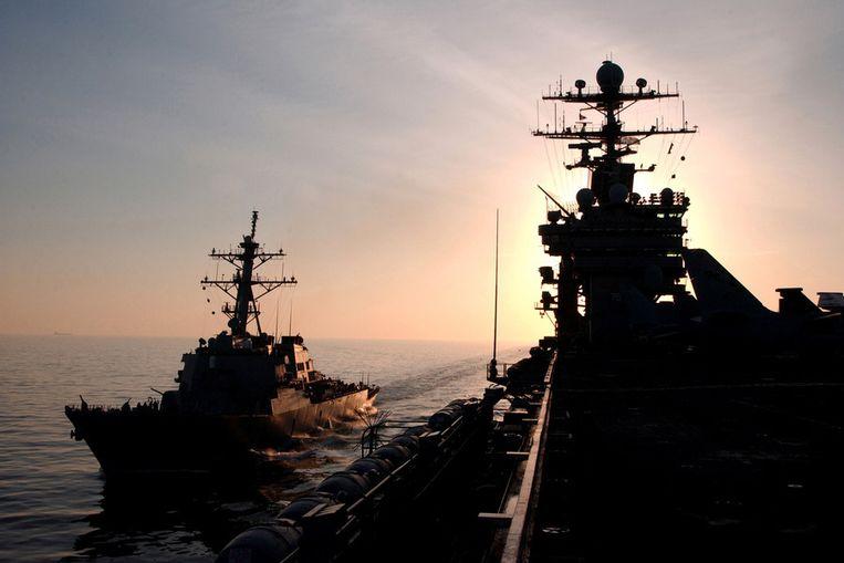Archiefbeeld van twee marineschepen van de VS, de USS Barry en de USS Harry S. Truman. Beeld afp