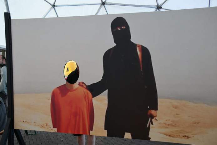 Het kunstwerk: bezoekers in Enschede kunnen op de foto met een IS-strijder