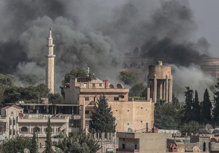 Rookwolken bij het Syrische stadje Ras al-Ain na Turkse beschietingen.  Beeld EPA
