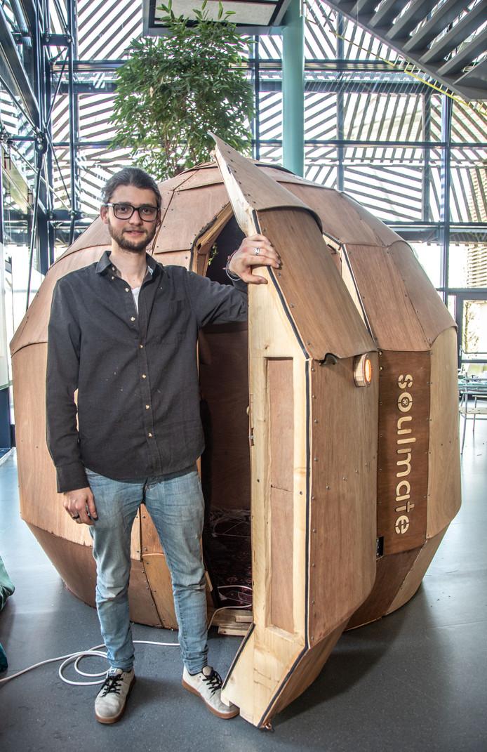 Bedenker en bouwer Ruben Bruggeling bij zijn Soulmate. ,,Ik wil de verstilling toegankelijk maken.''