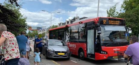Auto botst tegen lijnbus in Almelo