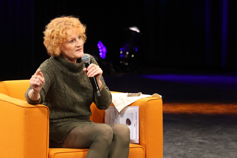 Lisette Oosterbosch van vertelclub VerVe ontving donderdagavond de cultuurprijs 2020 van de gemeente Veldhoven.