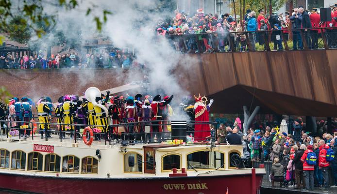 De boot van Sinterklaas meert aan bij het bolwerk