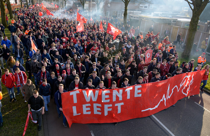 Ruim 4.000 fans van FC Twente gingen in 2016 de straat op om hun solidariteit met de club te tonen.
