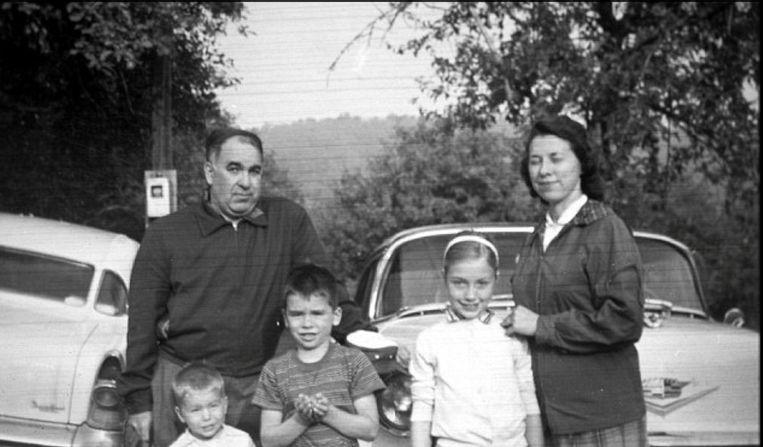 Hillary Clinton (onderaan rechts) met haar ouders en haar brorers Hugh en Tony.