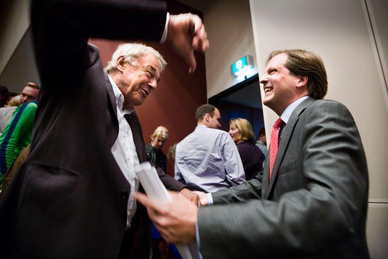 Na een speech van Alexander Pechtold in de Doelen (Rotterdam) komt Hans van Mierlo hem feliciteren (mei 2007). Beeld Martijn Beekman