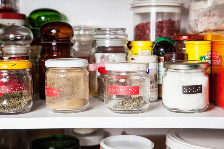 Kruidenpotjes met braille in de keuken Beeld Niels Blekemolen