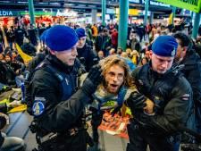 Marechaussee ontruimt Schiphol: activisten Greenpeace afgevoerd