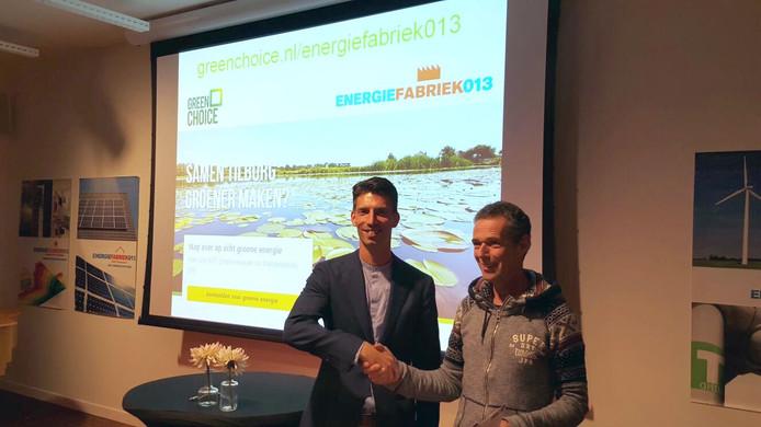 Jeroen van Son van Greenchoice (links) en Evert Vrins van Energiefabriek013 beklinken in Cinecitta de overeenkomst.