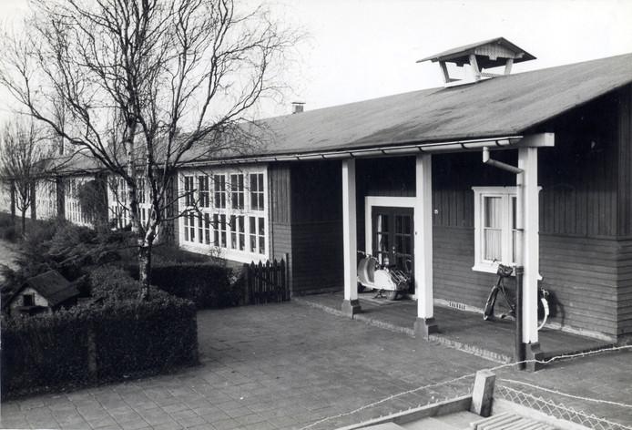 De eerste Finse School van Amersfoort. De Christelijke Nationale School voor lager onderwijs werd in 1949 uit hout opgetrokken, met zes lokalen. De bouw duurde maar drie tot vier maanden. Op het gras rond de school werden ganzen, krielkippen en een bokje gehouden. Het schoolhoofd was Jan Alberts. Deze school werd in 1962 gesloten.