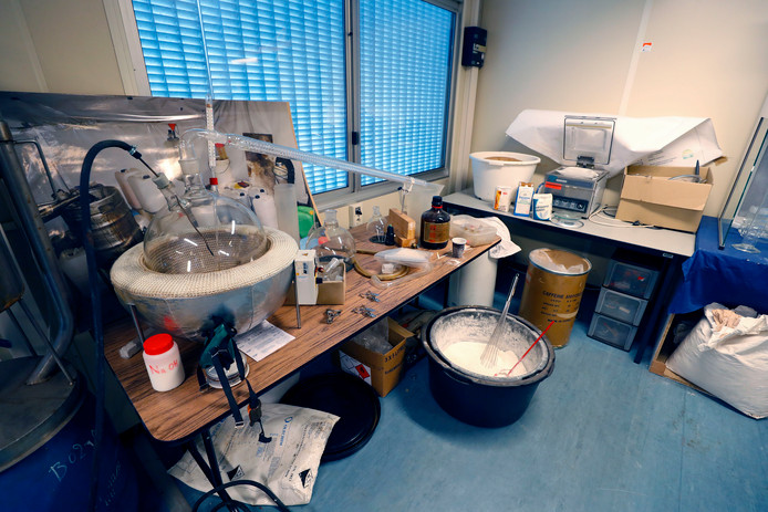 De tweede kookstap bij het maken van de amfetamine en de 'cementbak' waarin de speed wordt bereid.