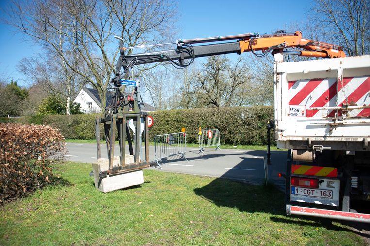 De gemeente Essen sluit de kleinere grensovergangen met Nederland af met betonnen blokken.