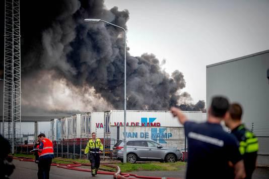 De brand in een bedrijfspand in Druten gaat gepaard met flinke rookontwikkeling.