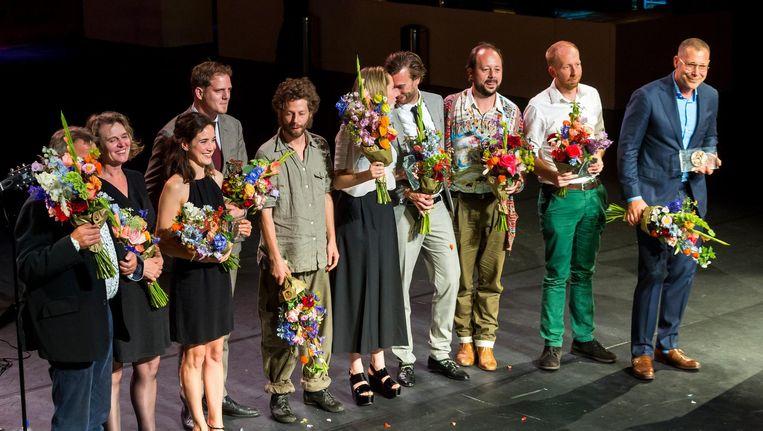Hans Kesting (R), winnaar van de Louis d'Or, en Wine Dierickx (3eL), winnaar van de Theo d'Or tijdens de uitreiking van de VSCD toneelprijzen in de Stadsschouwburg. Beeld anp